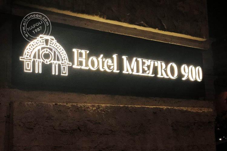 Insegne luminose a led con lettere in plastica massello in rilievo dal frontale in acciaio lucido a specchio.