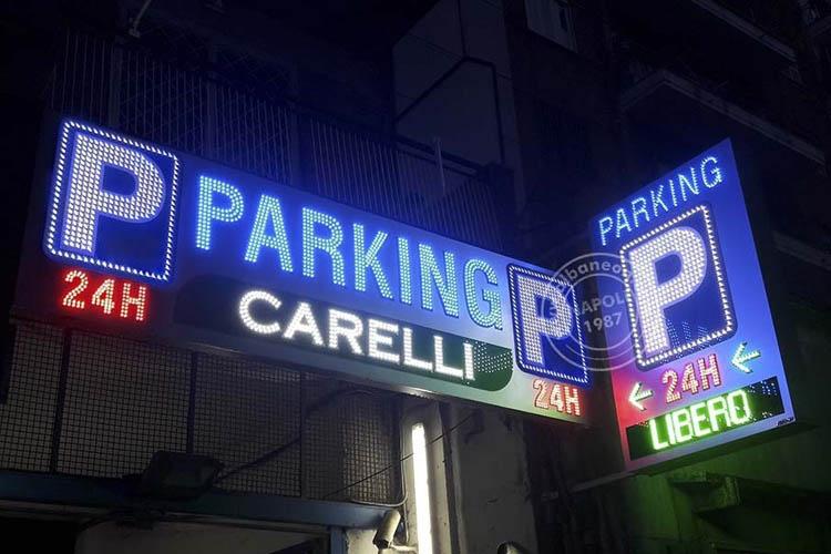 insegne per parcheggi: set con box traforato dalle scritte a led a vista e bandiera bifacciale luminosacon lampeggi