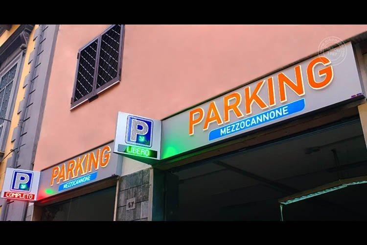 insegne parcheggio con box in alluminio traforato e lettere in rilievo e P con led a vista