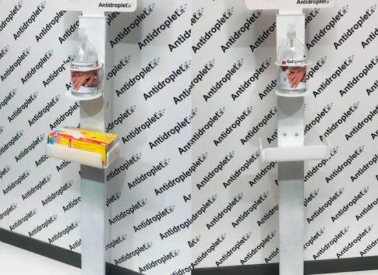 Colonnina porta dispenser per gel igienizzante. Dal profilo in solido metallo, con cartello segnaletico personalizzabile.