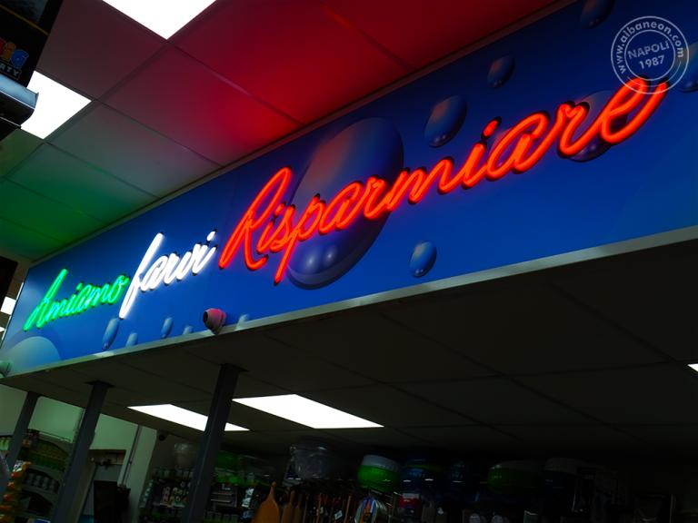 Insegne per negozi realizzate con led alta luminosità che richiamano lo stile l'effetto del neon