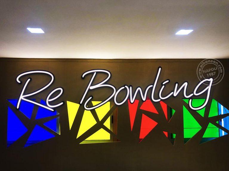 Insegne a led realizzate con effetto filo neon vintage. Questa scritta luminosa ha una durata di vita molto maggiore rispetto al neon classico. Installazione a Napoli.