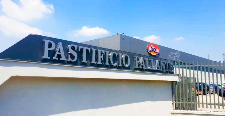 Insegne retroilluminato a led costituite da lettere singole in acciaio, realizzate per Pasta Reggia, eccellenza campana dai prodotti esportati in tutto il mondo.