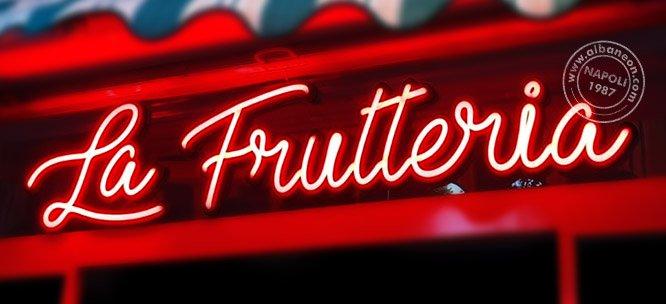 Scritta luminosa neon led colore rosso per negozio frutteria a Napoli