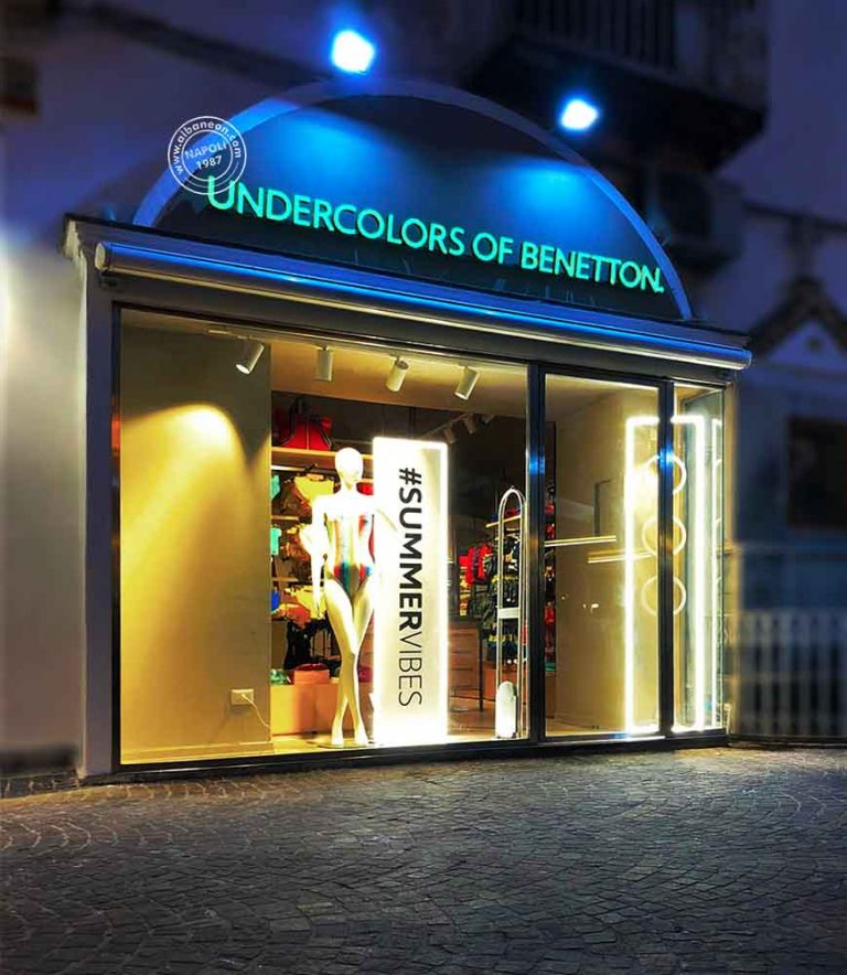 Insegne a lettere scatolate luminose a led per united colors of benetton a Ischia.