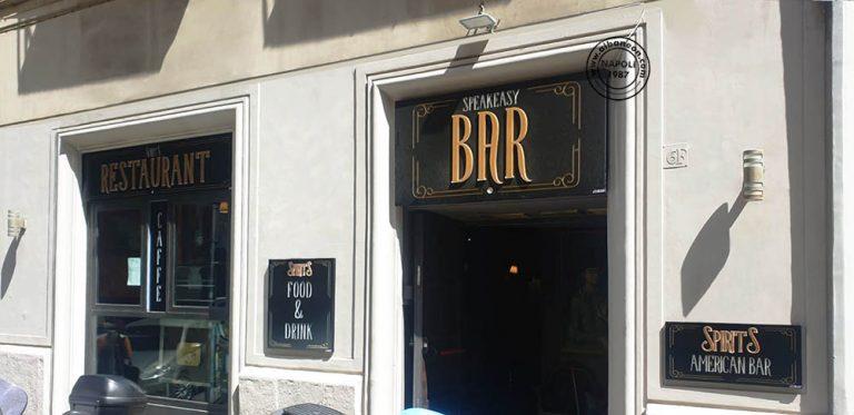 Insegne vintage per bar a Napoli realizzate con box traforato e lettere in rilievo color oro
