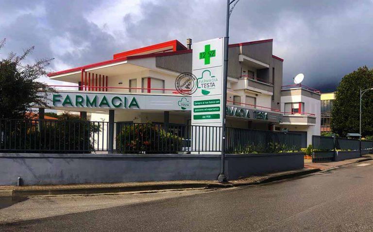 Insegne per farmacie e totem con croce a led realizzati con pannellature in dibond