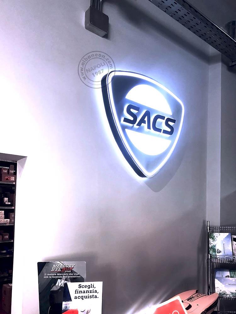 Box scatolato in alluminio con doppia illuminazione a led, sia frontale che riflessa, e lettere in rilievo in plastica nera