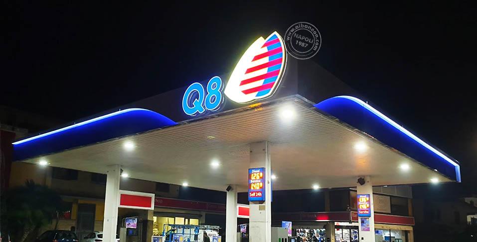 Allestimento completo per pensilina distributore carburante Q8. Insegne realizzate con logo scatolato in plexiglass con stampa e fascia in alluminio composito con retroilluminazione a led.