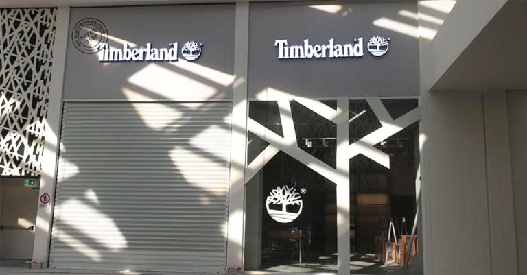 Insegne con lettere singole in rilievo e illuminate a led per franchising presso centro commerciale Maximo