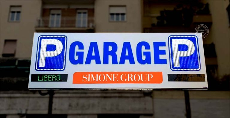 """Insegne a Napoli per garage realizzate con box traforato con scritte in rilievo, P parcheggio con led a vista e diciture """"libero"""" e """"completo"""" a led."""