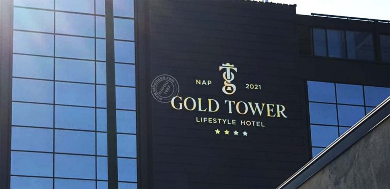 Insegne a lettere scatolate di grandi dimensioni con frontale effetto oro lucido installate per hotel a Napoli