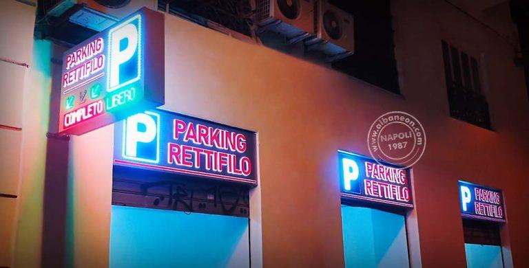 Insegne per parcheggio a Napoli. Bandiera bifacciale con frecce animate e P parcheggio led. Insegne luminose a led monofacciali con scritte in plastica in rilievo.