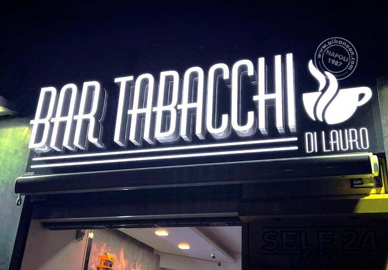 Insegne per tabaccheria a Napoli realizzate con lettere scatolate dalla costa in acciaio satinato e dal fronte luminoso a led in plexiglass.